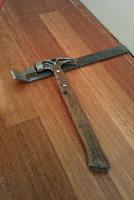 Laminate flooring tap bar